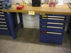 banco de trabajo de segunda mano y varias mesas de taller